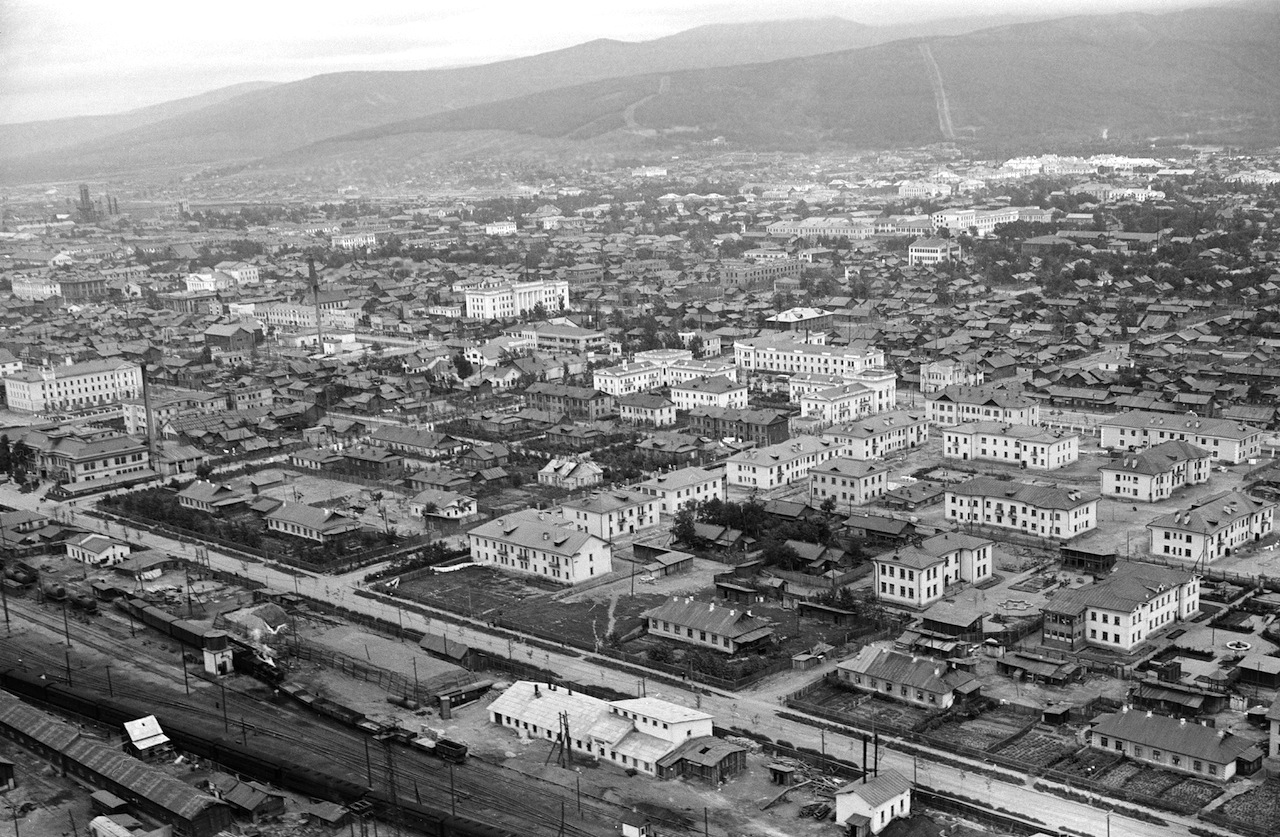 Вид на город Южно-Сахалинск. Снизу слева виден железнодорожный вокзал, построены новые дома, гостиница