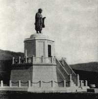 Бронзовая статуя Ничирен. Он один из основных японских наставников буддизма. Скульптура стояла на склоне горы, которая сейчас зовётся Городуха.