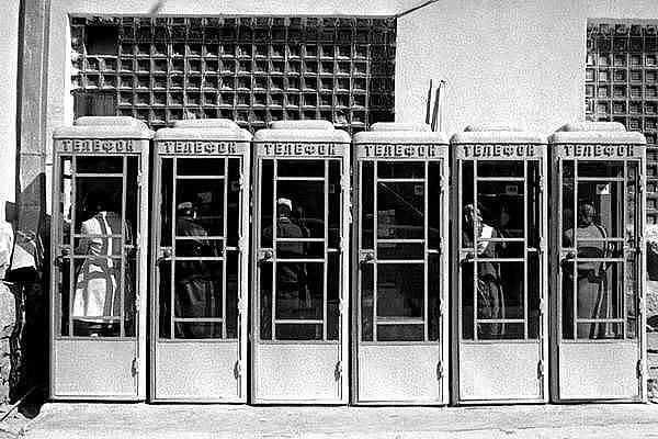 Телефонные будки у здания Главпочтамт