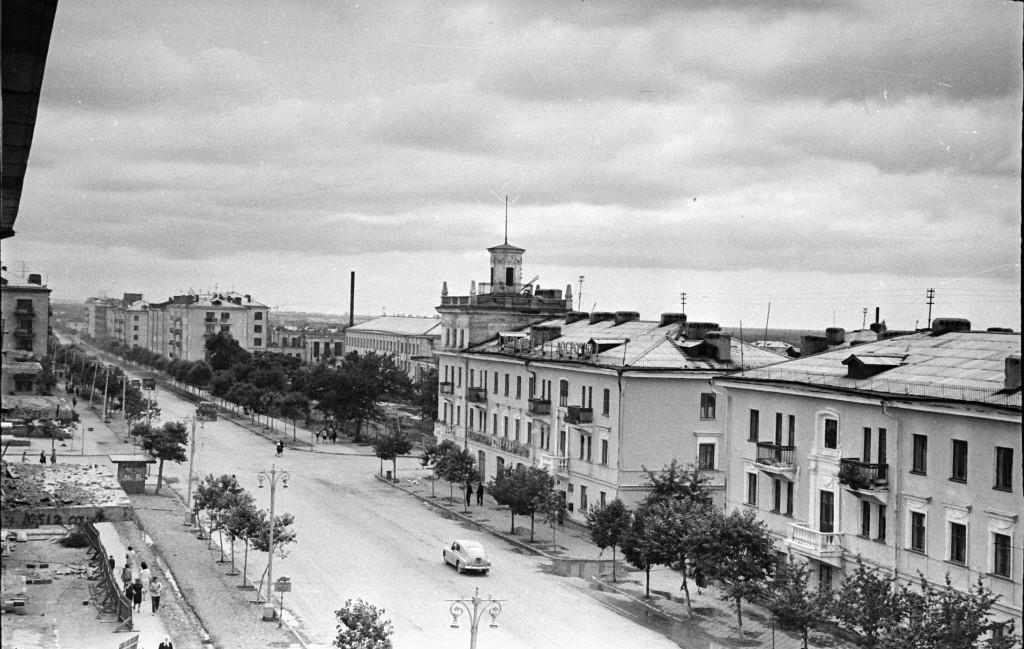 Пересечение улицы Ленина и проспекта Победы. Вид с севера на юг.