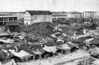Вид с улицы Красноармейской (Амурская) на японские дома. Видно построенное новое здание Областной библиотеки и разбор Областного театра.