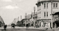Главная улица О-дори. Справа универмаг. Вид с юга на север.