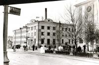 Перекресток улицы Ленина и Коммунистического проспекта. Вид на здание Главпочтамта.