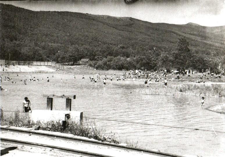 Озеро в парке. В те времена все с города там собирались, отдыхали, купались, играли в волейбол.
