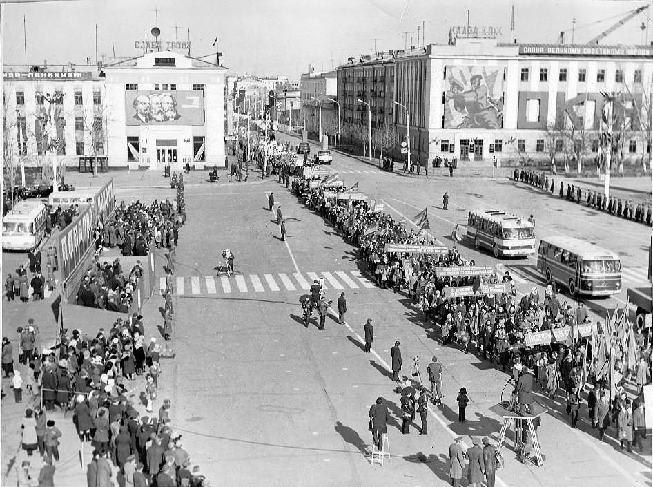 Демонстрация на площади им. Ленина в г. Южно-Сахалинске.