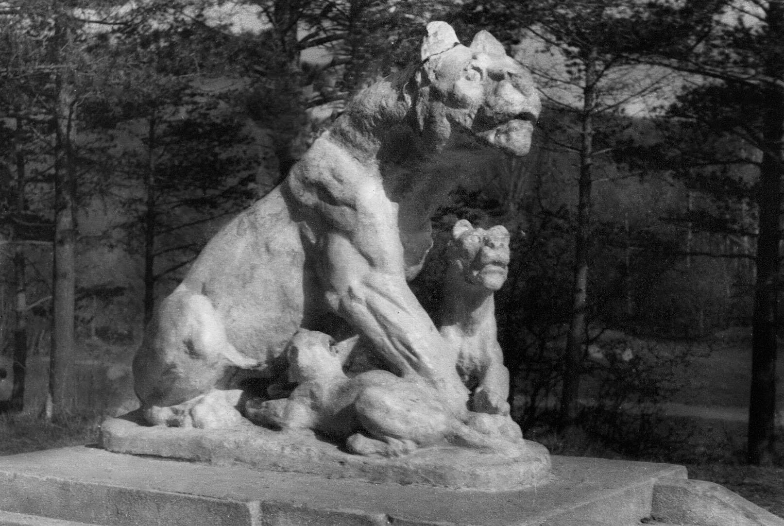 Cтатуя львицы в парке, на острове