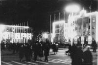 Ноябрьские праздники. Вечером на площади им. Ленина в Южно-Сахалинске.