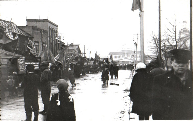 Улица Сталина, парад. Прямо виднеется старый вокзал.