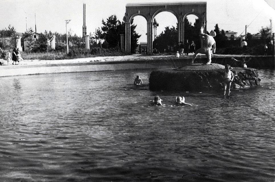 Дети купаются в фонтане