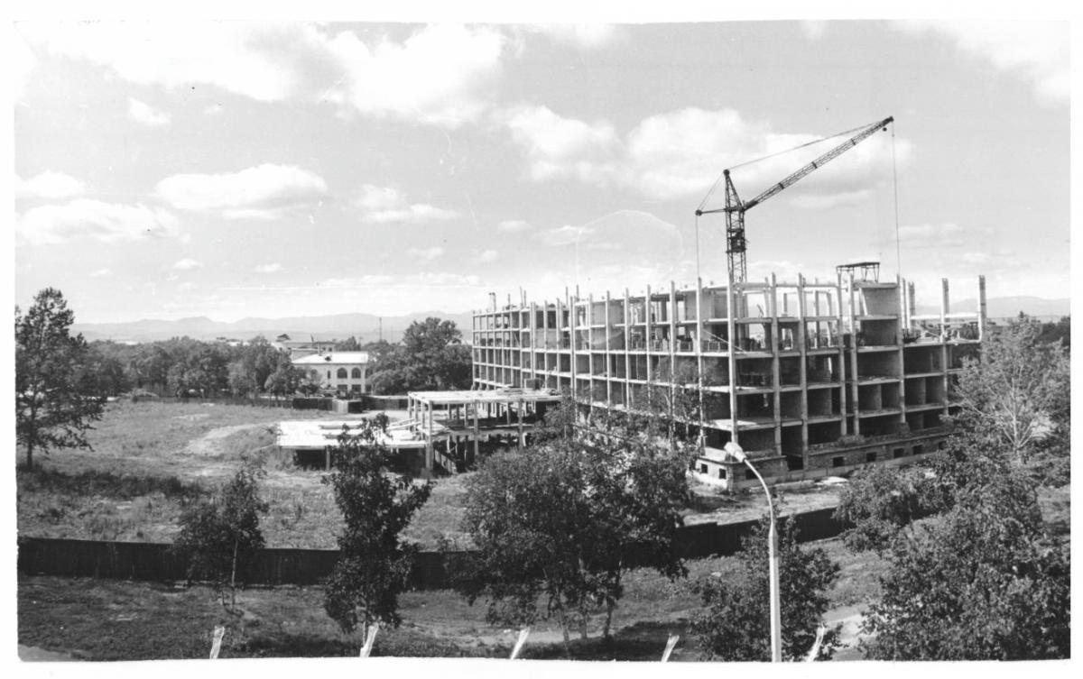 Рабочий момент строительства будущего здания МУДС 'САХИНЦЕНТР'