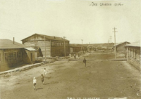 Улица Ленина. С левой стороны (там, где дощатый тротуар) - здание почты (фрагмент углового здания), рядом - двухэтажное здание прокуратуры, далее - жилые бараки.
