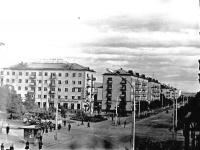 Перекресток улиц Ленина и Южной. Вдали виднеется гастроном. Фото сделано фотоаппаратом Зенит-С