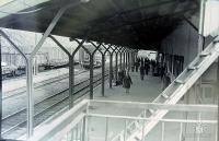 Перрон железнодорожного вокзала в г. Холмск.