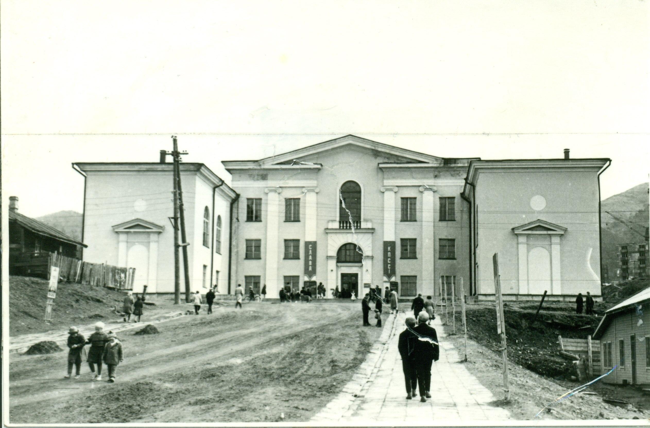 Центральный районный дом культуры - ДКМ (Дворец культуры моряков)