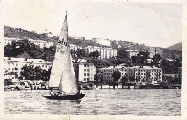 Яхта в порту Холмска.