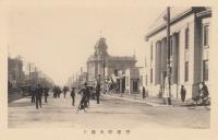 Банк и универмаг на улице Оодори.