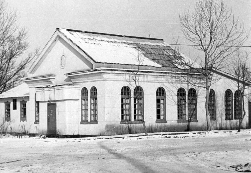 Здание банка, после на его месте построили здание почты. Дата съемки приблизительная.