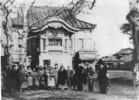 Поликлиника. Стоящие смотрят на улицу Комсомольскую. Дата съемки приблизительна.