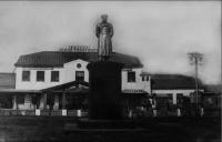 Памятник И.В. Сталину, на привокзальной площади.