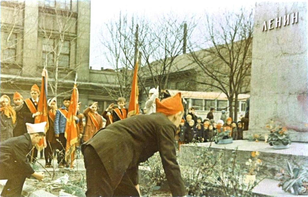 Возложение цветов к памятнику Ленина, в честь Дня Пионерии, 19 мая.