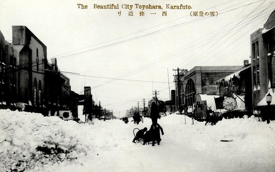 Торговая улица зимой.
