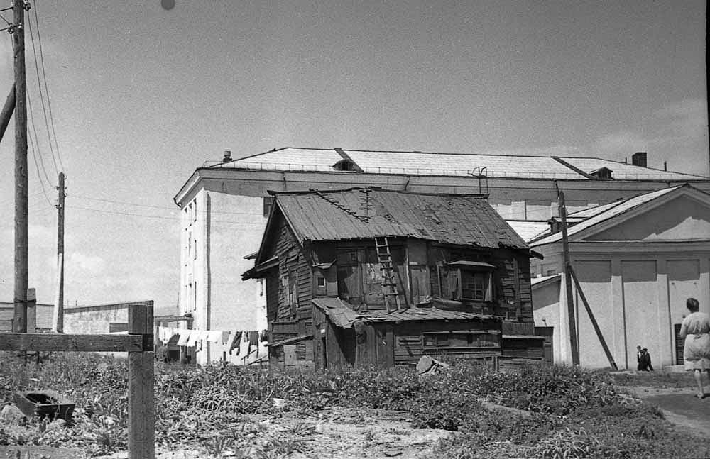 На переднем плане, старое японское здание. На заднем Дом Культуры