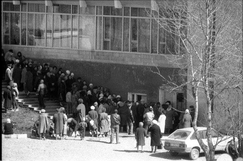 Очередь за стиральным порошком в Доме торговли во время введения талонной системы. г. Южно-Сахалинск. Апрель 1989 года.