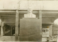 Бюст В.И. Ленина на входе Дома Культуры.
