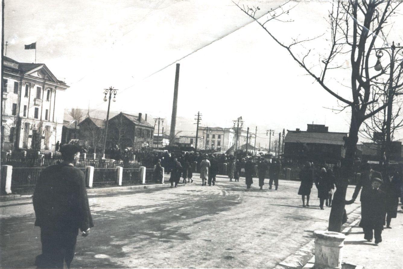 Улица Сталина на пересечении с улицей Торговая. Слева гостиница Южно-Сахалинская.