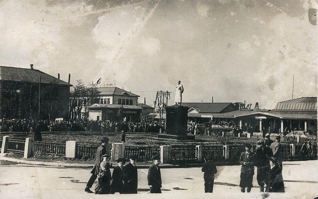 Привокзальная площадь г. Южно-Сахалинск. Памятник И.В. Сталину