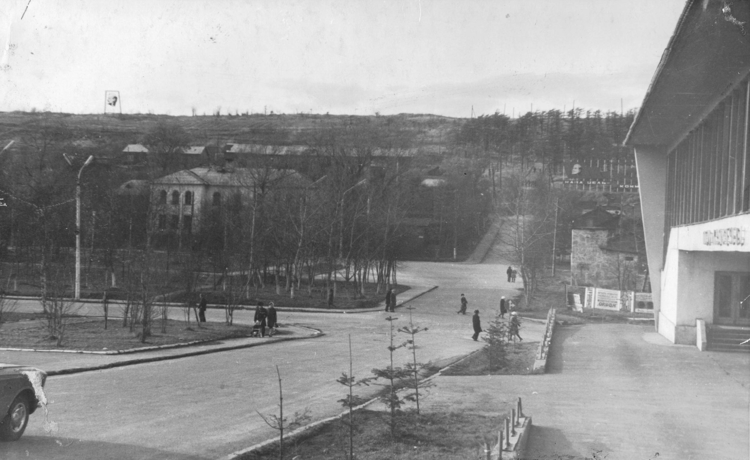 Перекрёсток ул. Советской и ул. Толстого. В настоящее время этот участок улицы Толстого переименован в пер. Молодёжный