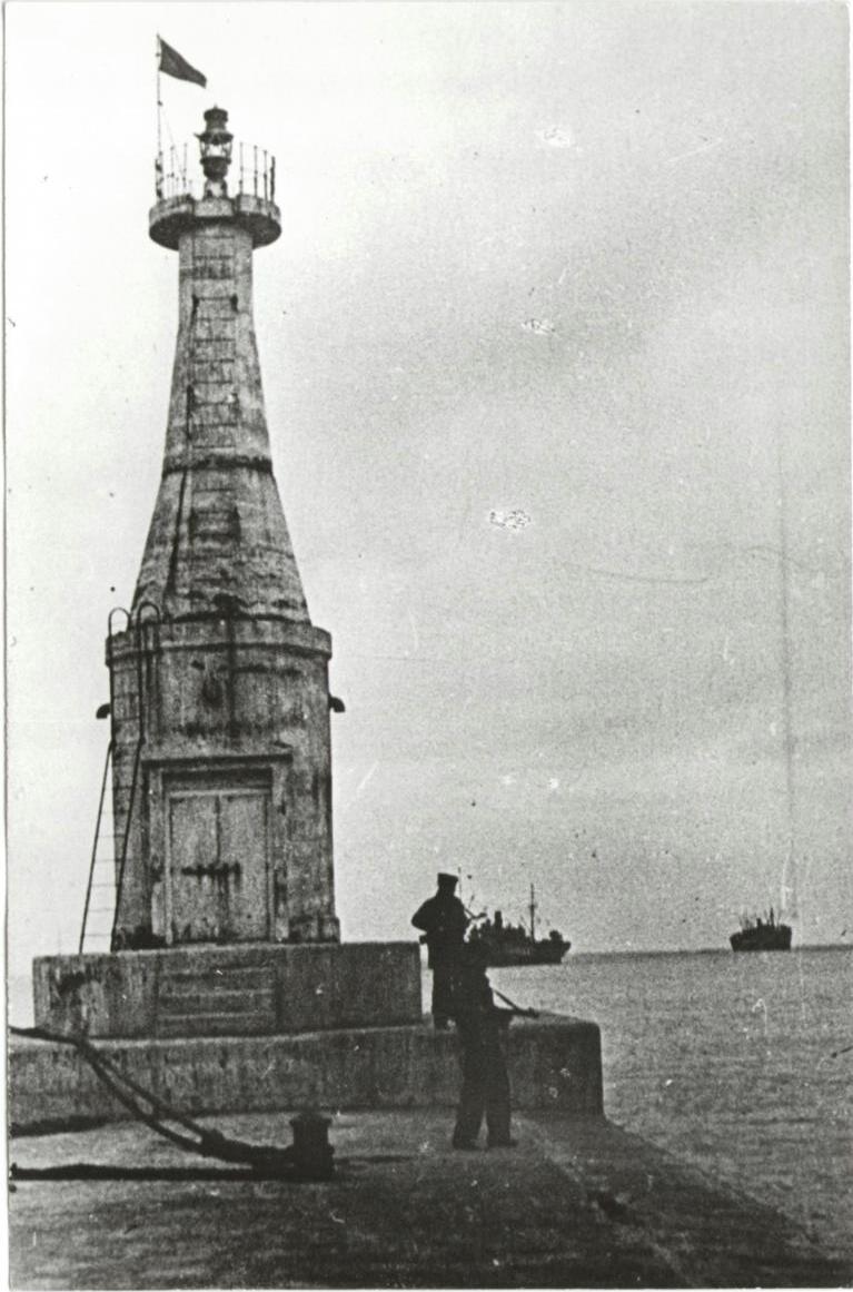 Красный флаг на входном маяке порта Маока. Период освобождения Южного Сахалина и Курильских островов в августе-сентябре 1945 г.