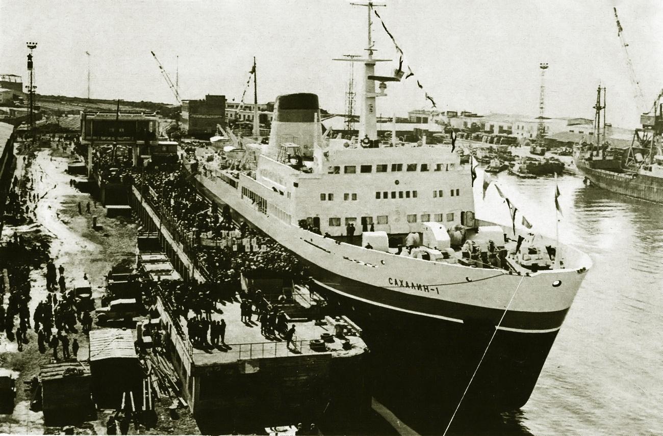 Холмский морской торговый порт. Выгрузка парома 'Сахалин-1' 12 апреля