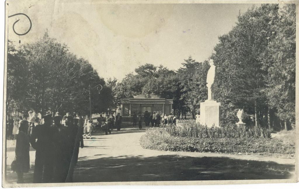 Вход в Городской парк КиО с улицы Комсомольской. Памятник И.В. Сталину. За доской почета находится плавательный бассейн.