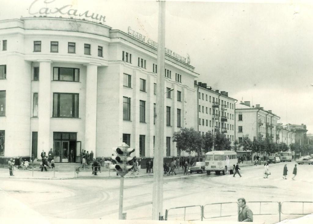 Перекресток улиц Сахалинской и Ленина. Универмаг Сахалин.
