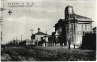 Главная улица г. Одомари. Справа полицейский участок, вдали мэрия г. Одомари