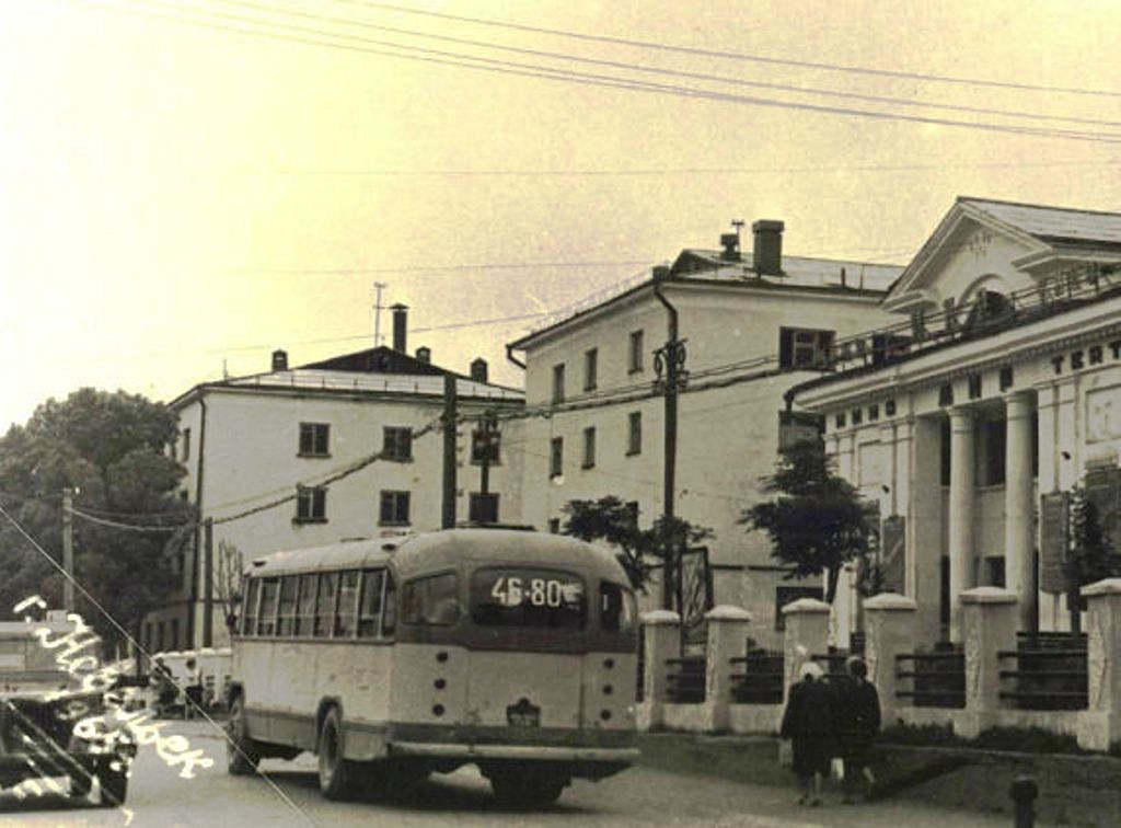 Улица Ленина, рядом с кинотеатром Мир