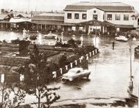 Железнодорожный вокзал и привокзальная площадь, на площади стоит памятник И.В. Сталину