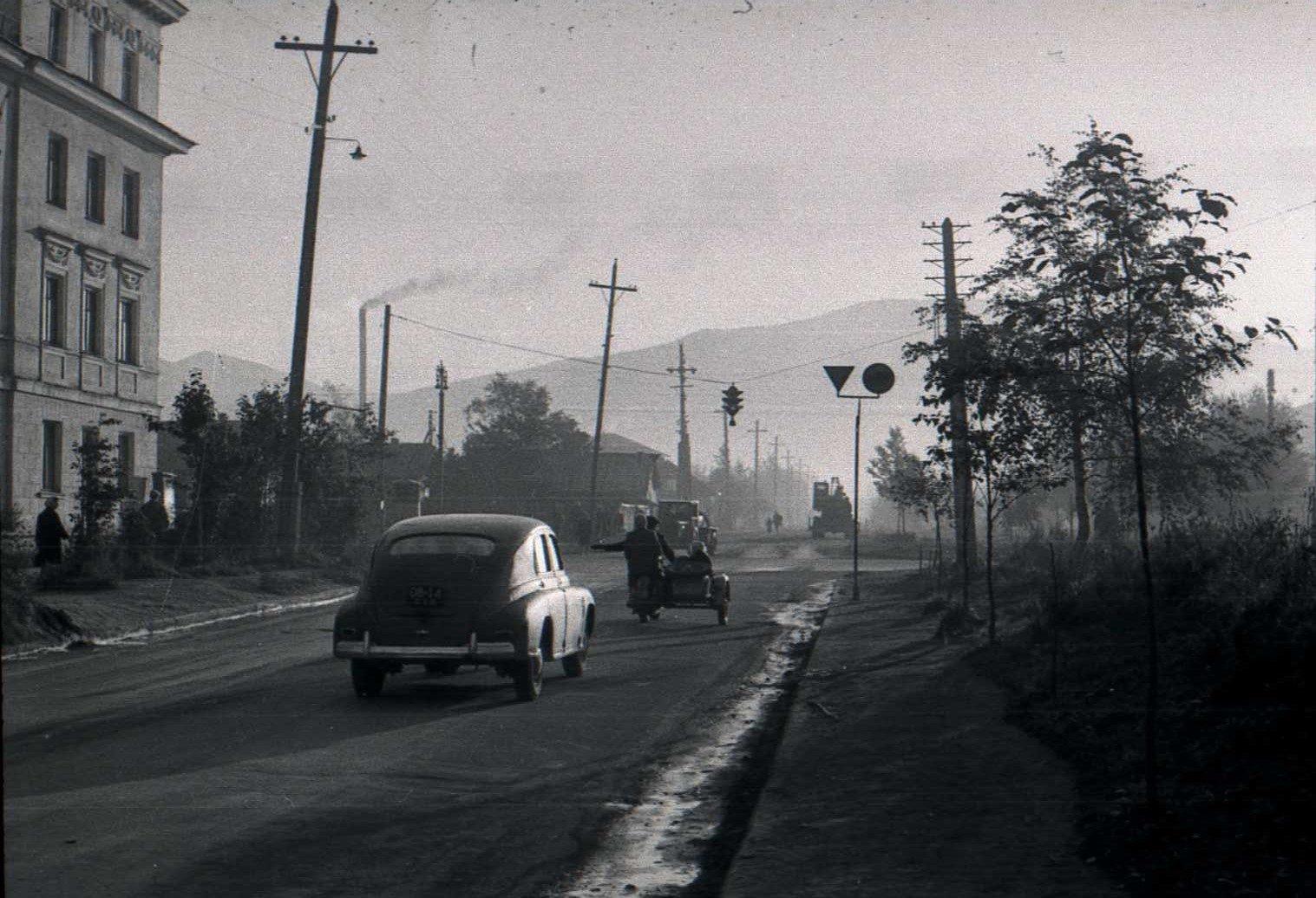 Улица Южная на пересечении с улицей Ленина. Вид с запада на Восток. Слева 3-х этажное каменное здание - ул. Ленина, 268А