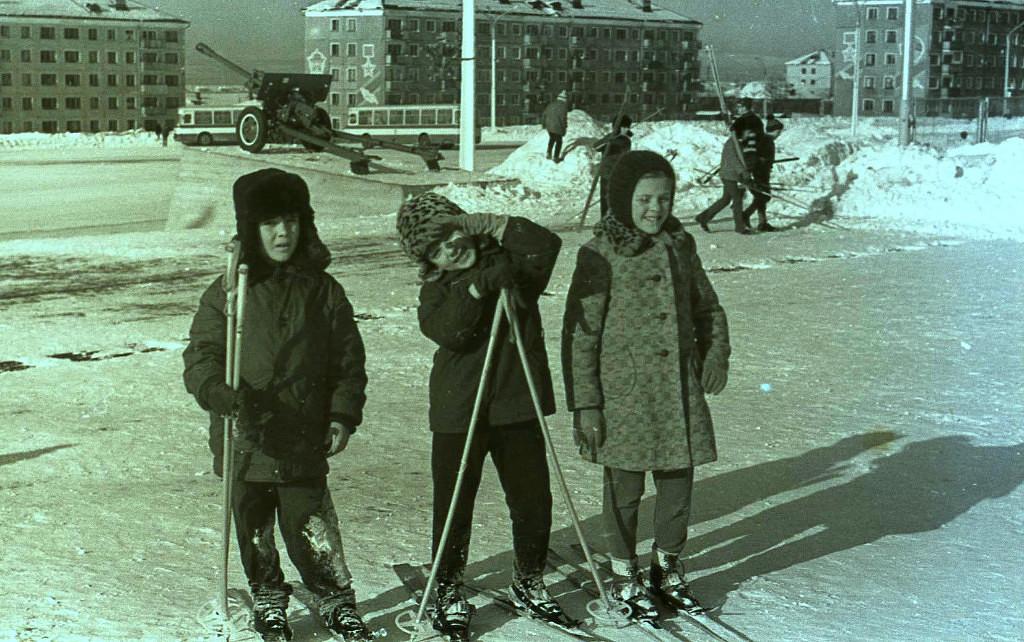 28 декабря. Стартуют на площади Победы. На заднем плане расположены дома по улице Горького.