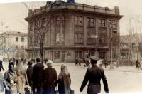 Здание Управления внутренних дел Сахоблисполкома. Снимок сделан 10 октября 1966 года. Фотоаппарат ФЭД-2.