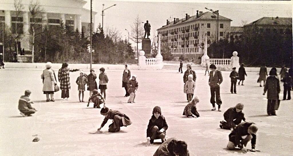 Конкурс детского рисунка на площади Ленина в Охе