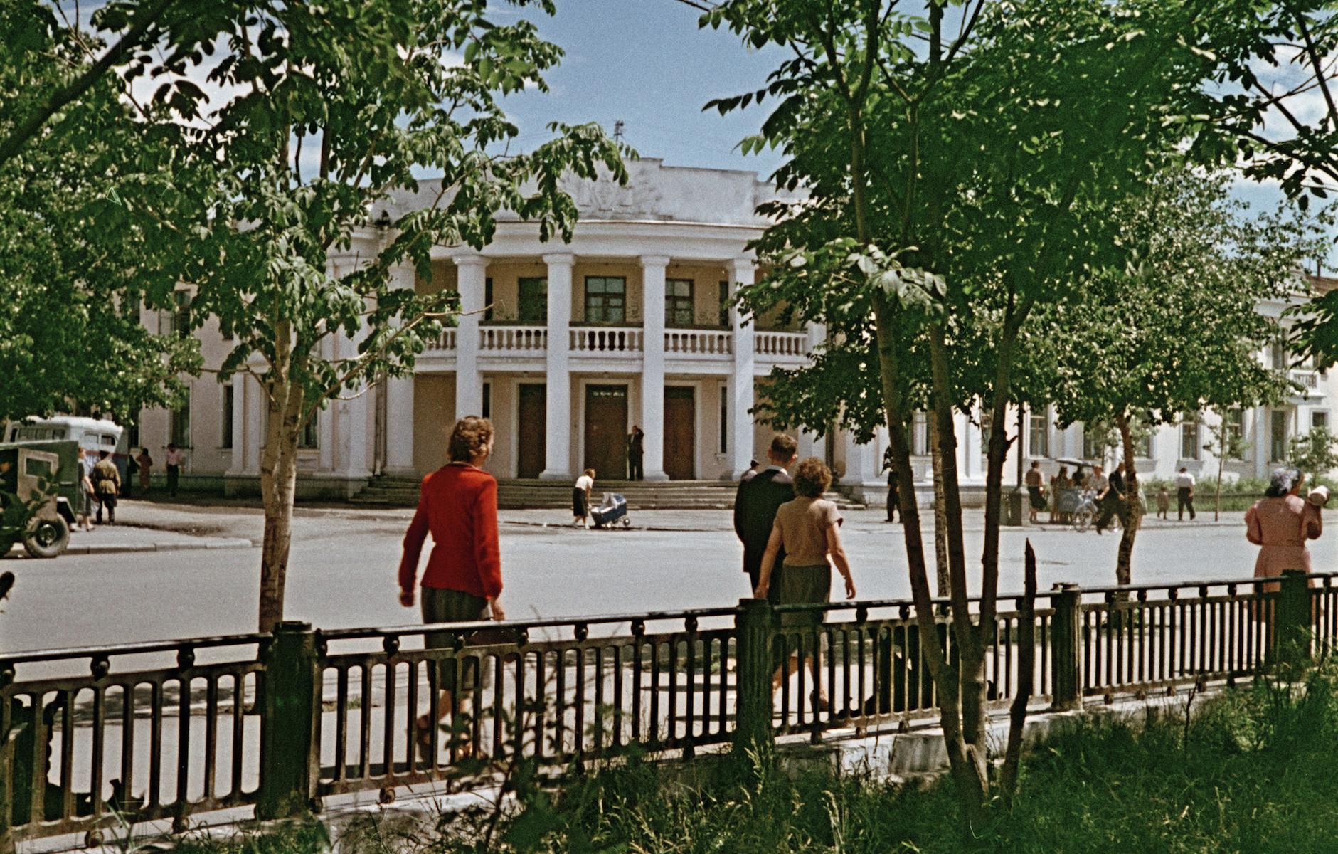 Гостиница Дальневосточник на улице Ленина.