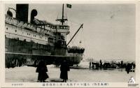 Порт Одомари. Обработка грузов Читосе Мару. У склона сопки виден железнодорожный вокзал Sakaemachi
