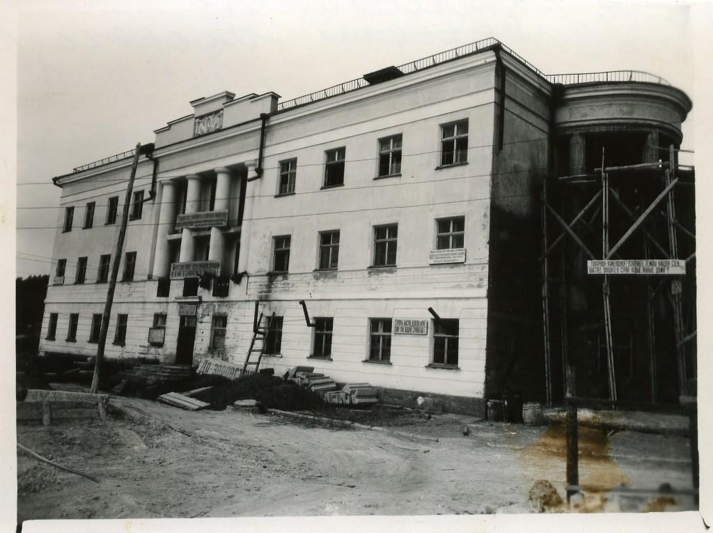 Строительство здания, в будущем мореходной школы. В 50-е годы в здании размещалась гостиница, в 1959 г. здесь открыта Корсаковская мореходная школа.
