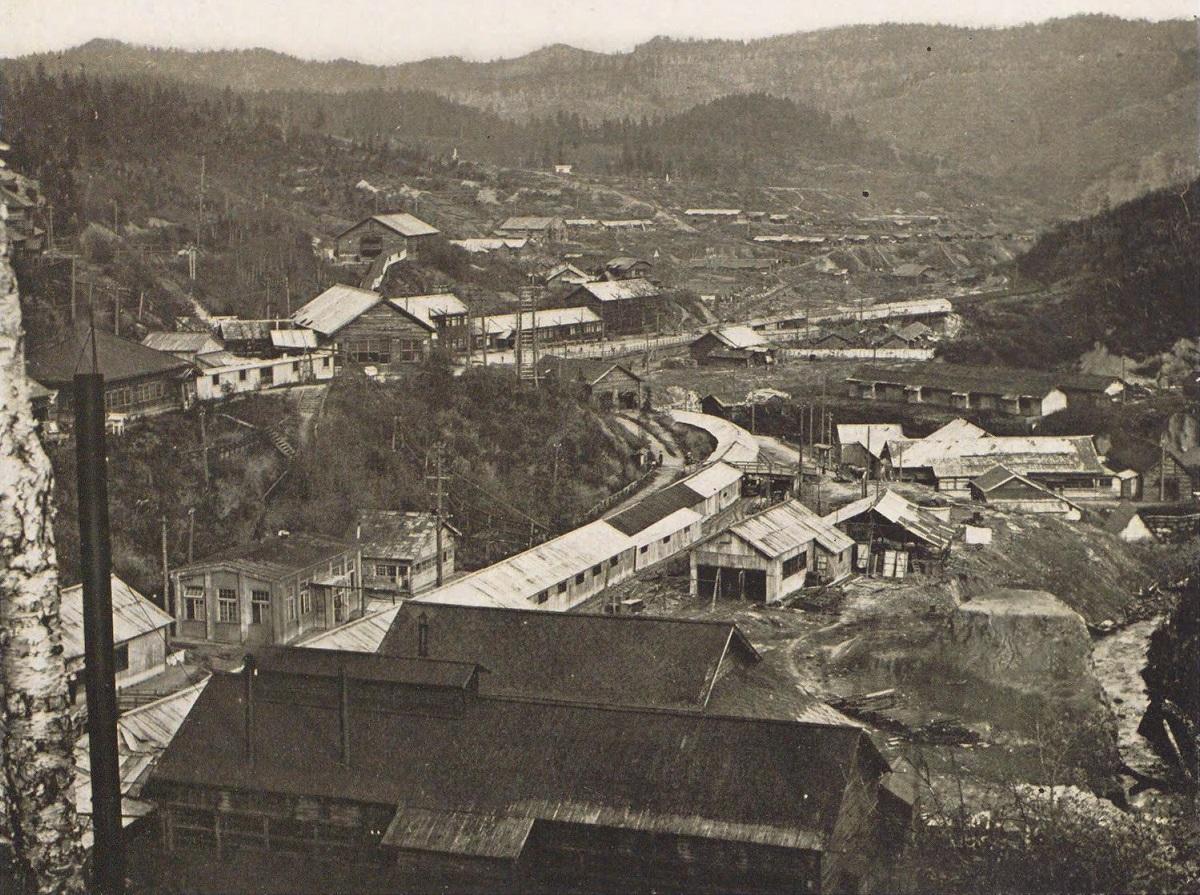 Общий вид на поселок Каваками и угольную шахту.