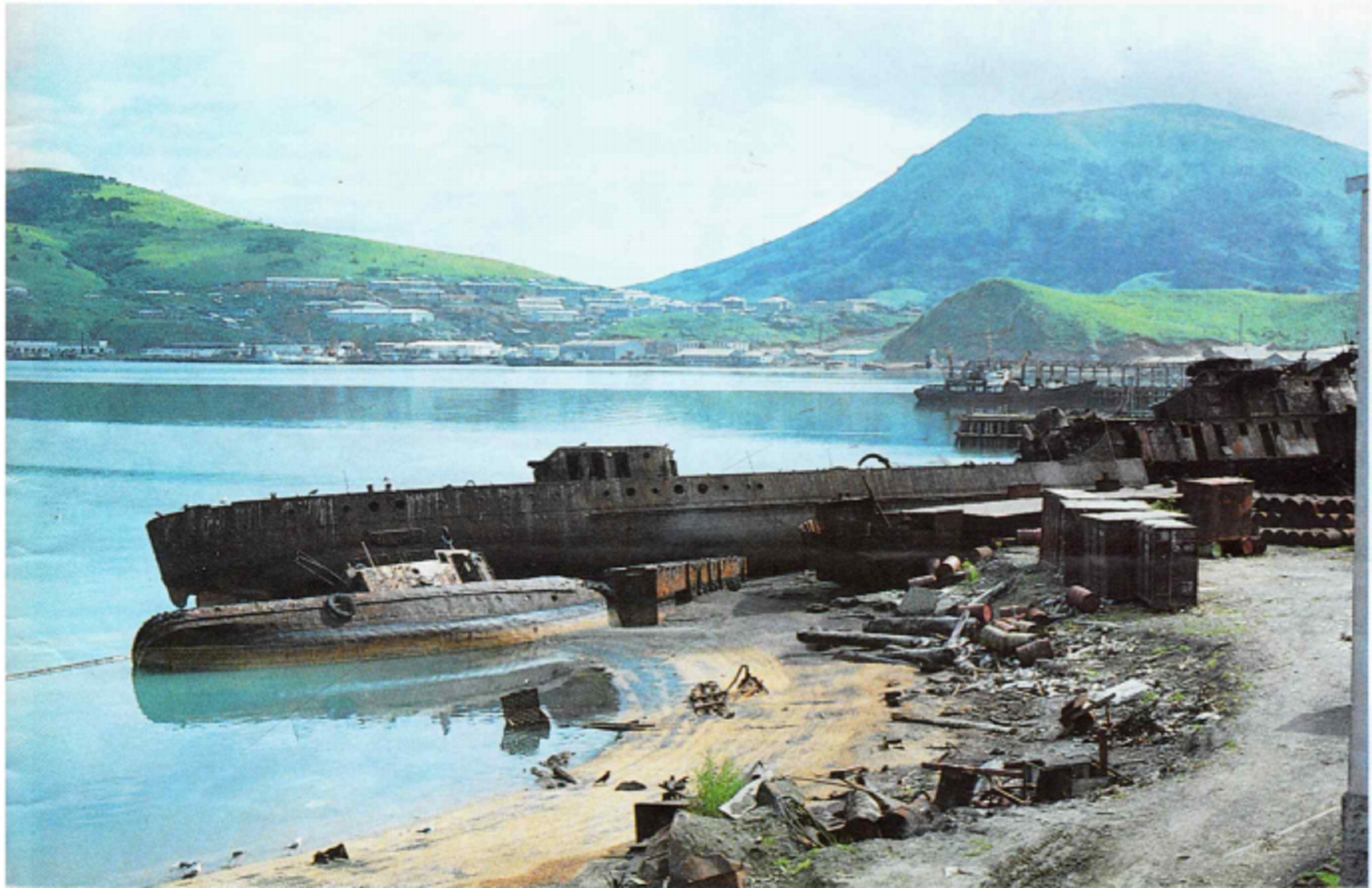 Остров Шикотан, бухта Малокурильская, с. Малокурильское. Большое судно выброшенное на берег - военный корабль Дзержинский.