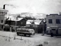 Улица Сталина. Рядом с остановкой «Сахуголь». Слева видна часть здания