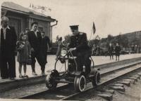Первый начальник Малой Южно-Сахалинской железной дороги Мамаев Юрий Никифорович на дрезине