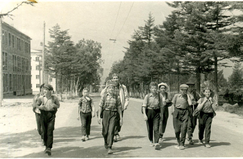 Начало похода на гору Августиновича. Слева на фото строящееся здание